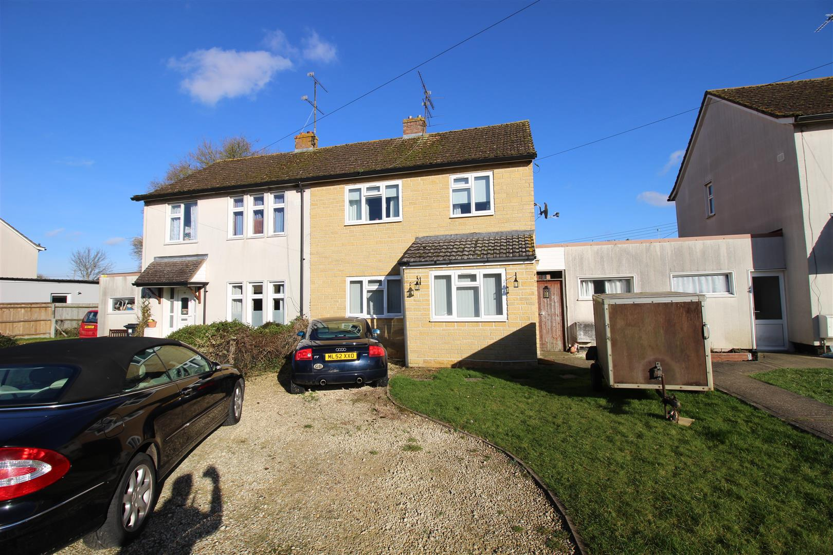 3 Bedrooms Semi Detached House for sale in Greenfields, South Marston,